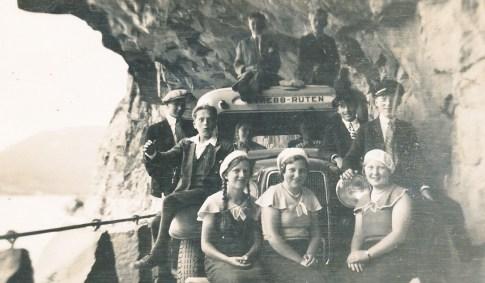 """På tur med """"Øvrebø ruten"""". Bildet er tatt på den spektakulære gamle Setesdalsvegen som er skutt inn i fjellet ved Fånefjell.Blant andre,foran på støtfangeren: Ragna Ilebekk, Gislaug Bjorå, Steivor Ilebekk"""
