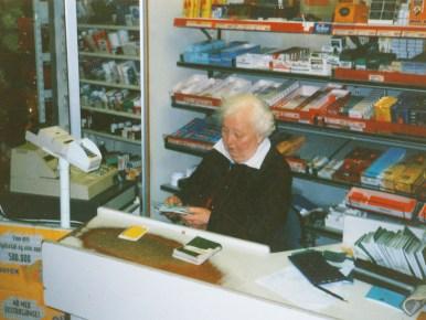 Kassadame i butikken O.S.Ilebekk: Steivor Ilebekk.