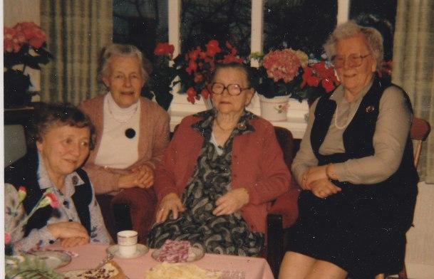 Fire damer i hyggelig lag. Vet bare med sikkerhet at hun som er nr. to fra venstre er Randi Koland.