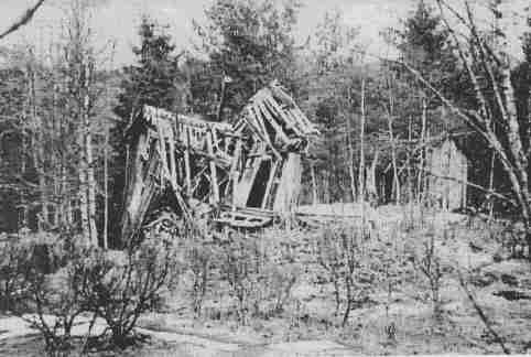 Naturlostur 2014: Bilde av restene av hytta som ble reist på gården Bruliheia .den ramlet ned omkring år 1995