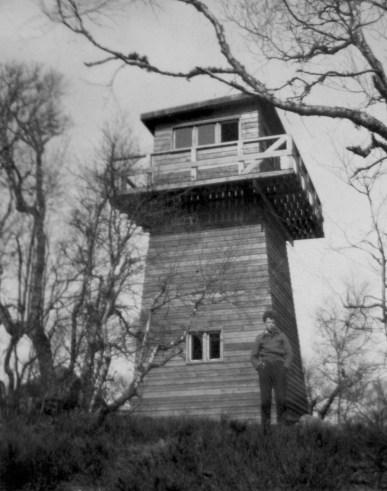 Det første utkikkstårnet som ble bygd på Ropstadknuten, trolig midt på 1940-tallet.