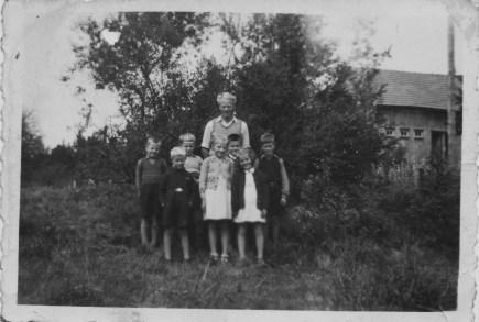 Lærer Magne Seland med en skoleklasse foran seg. (Hjelp gjerne med navnene på elevene.)