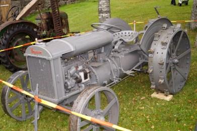 Den eldste traktoren - en Ferguson modell 1938. Som du ser har traktoren bare jernhjul og er derfor ikke så komfortabel å kjøre på vanlig vei. Det er bare 7 eksemplarer av denne traktoren i Norge og det ble totalt bare laget 1000 eksemplarer.