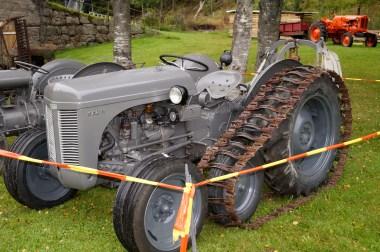 """En mer moderne utgave av Ferguson: """"Gråtass"""" som den ofte blir kalt. Denne er utstyrt med halvbelter som gjorde at den hadde svært god framkommelighet. Det var i hovedsak denne traktoren som revolusjonerte og overtok etter hesten som drivkraft i jord- og skogbruket i Norge."""