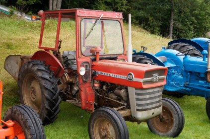 Helge Hageland har beholdt sin Massey Ferguson 133 i original stand uten å restaurere den, slik mange mener at det bør gjøres.