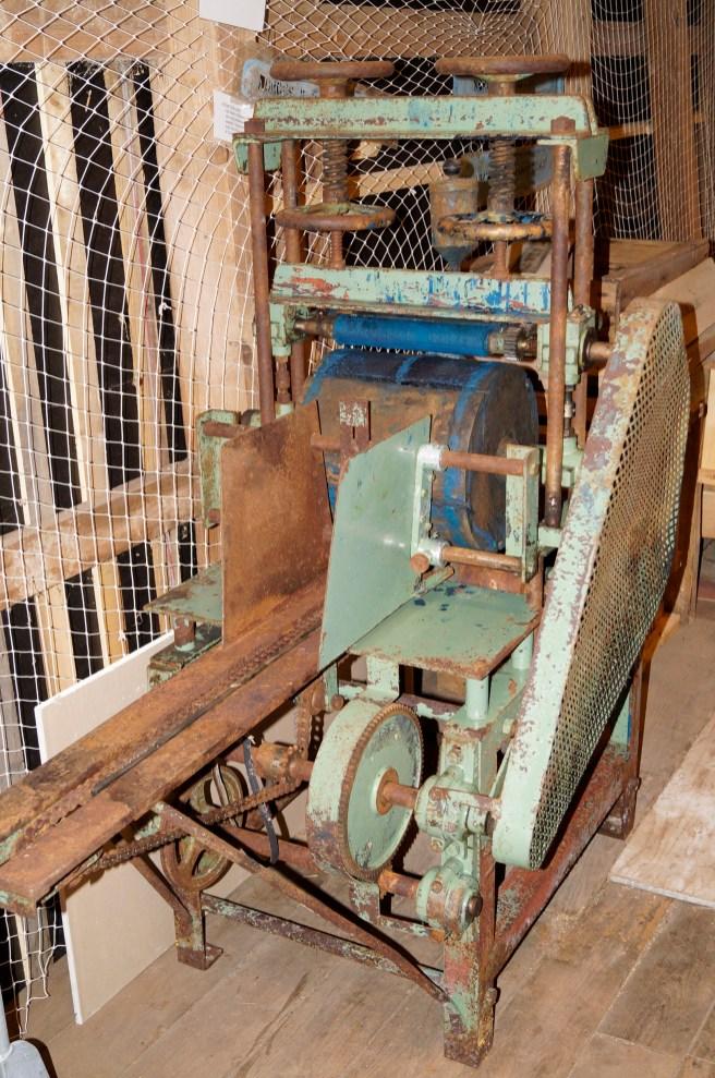 """Arne Faremo har hatt kontakt med Ropstad på Loland. De drev stor produksjon av fiskekasser, og historielaget har overtatt denne maskinen som ble brukt for å male """"Norges Makrellag"""" på sidene av kassebordene."""