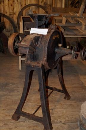 Dette er ei kvern til å male korn. Den hørte opprinnelig til gården Engeland,(der Per Skarpengland bor nå). Senere ble den solg til en gård på Drivenes i Vennesla, men nå står den i historielagets samlinger.