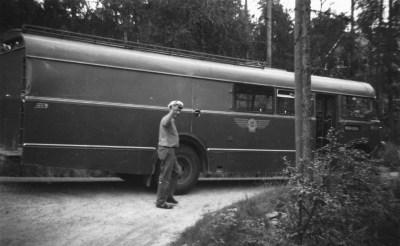 En kjent opplevelse for noen år siden: Gunnar Upsahl og kombinertbussen som fraktet melkespann og varer og folk fra og til byen.