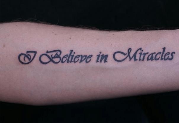 Hình xăm chữ I believe in miracles