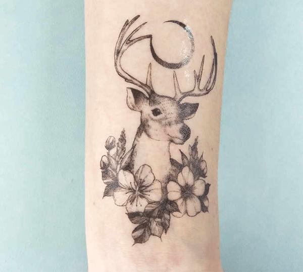 Hình xăm con hươu kết hợp với hoa đầy tinh tế