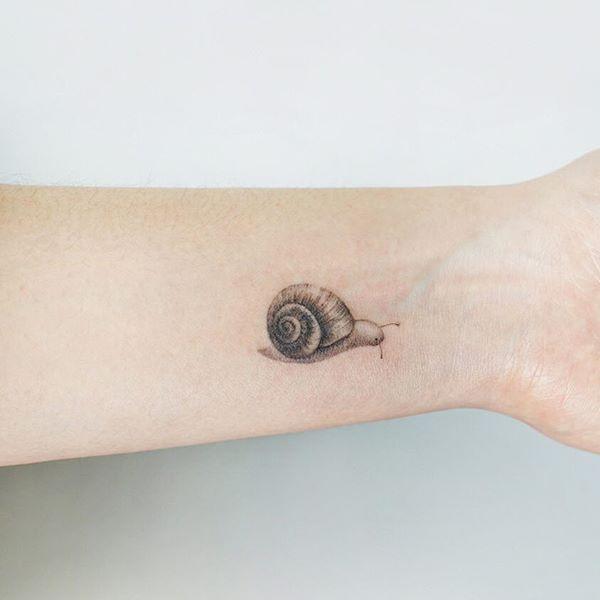 Hình xăm đẹp từ ốc sên xinh xắn trên cổ tay