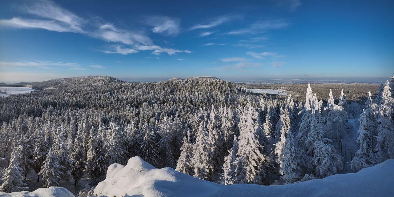 Szczeliniec zimą – polecamy pobyt w Górach Stołowych