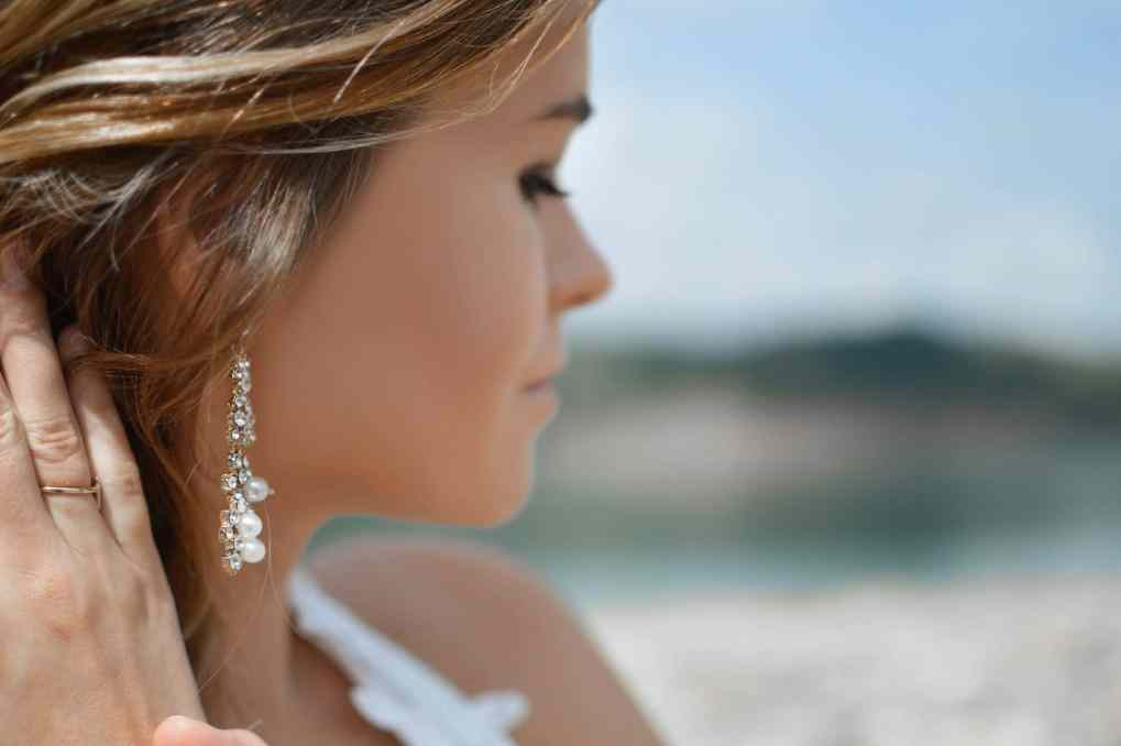 Owup digital marketing/digital markedsføring - Woman with earring at beach