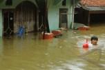 JAKARTA, 18/1 - BANJIR IBUKOTA. Warga berusaha menembus banjir yang menggenangi rumahnya di Cililitan Kecil, Jakarta, Kamis (17/1). Akibat curah hujan yang tinggi serta meluapnya Sungai Ciliwung, ratusan rumah di daerah tersebut terendam banjir setinggi 1,5 meter. FOTO ANTARA/Oxalis Atindriyaratri/ss/Spt/13.link