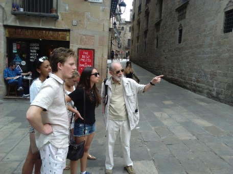"""The """"Spanish Language"""" minor with guest guide Paco Luis del Pino by Plaça del Rei."""