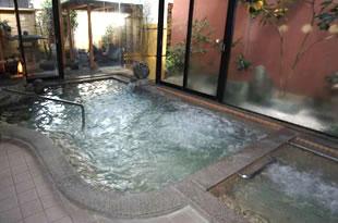 体があたたまり、肌がつるつるになると評判のいいじま温泉です。清潔な広い浴場でゆったりとお過ごしください。