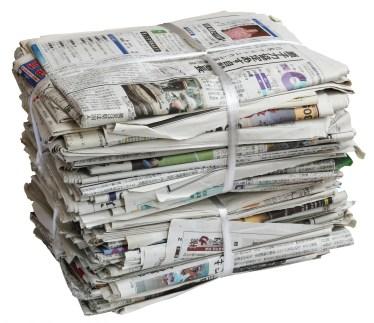 新聞紙に乗るゲーム。じゃんけんで負けるとこうなる。遊び方とは