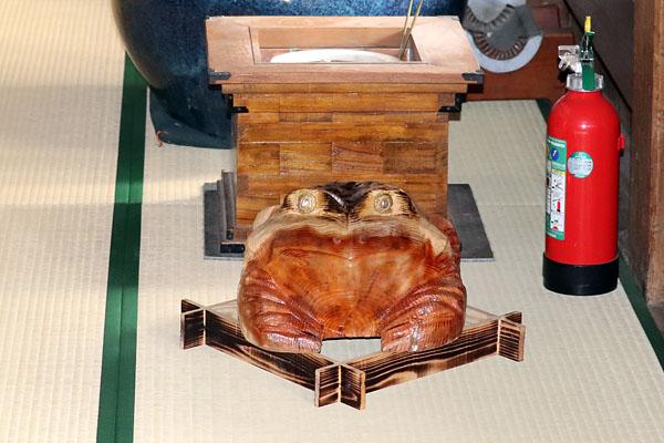 木彫りのカエルと木枠の火鉢