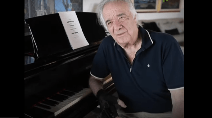 21 años después, este pianista pudo volver a tocar gracias a unos guantes biónicos