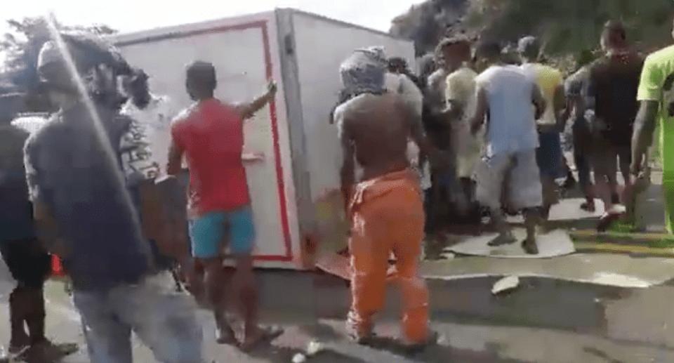 Tras un accidente, saquearon y destruyeron su camión, pero después lo sorprendieron con una bello regalo