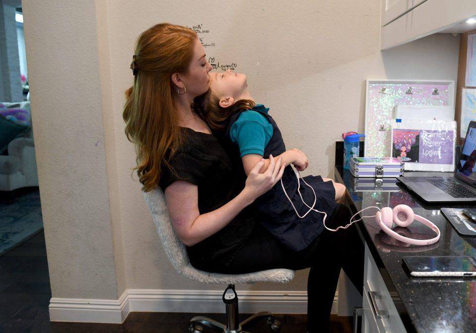 Maestro le prohibe a alumna amamantar a su bebé durante las clases en línea