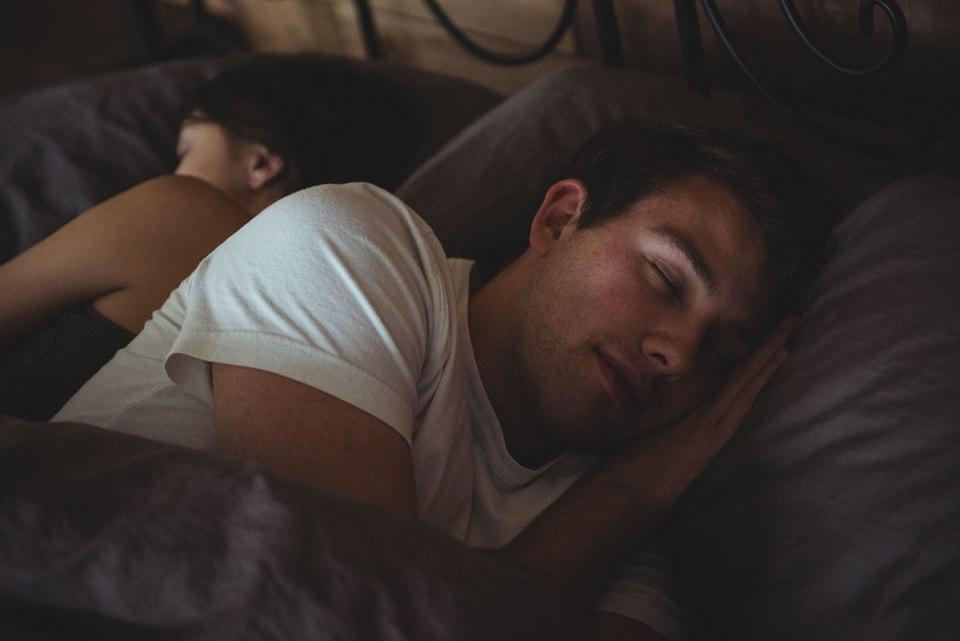 Una pareja durmiendo en la cama