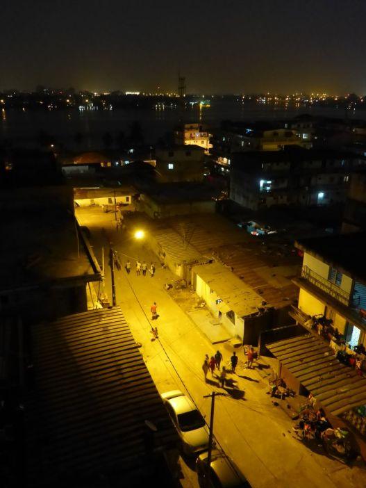 Vue nocturne sur la lagune d'Abidjan