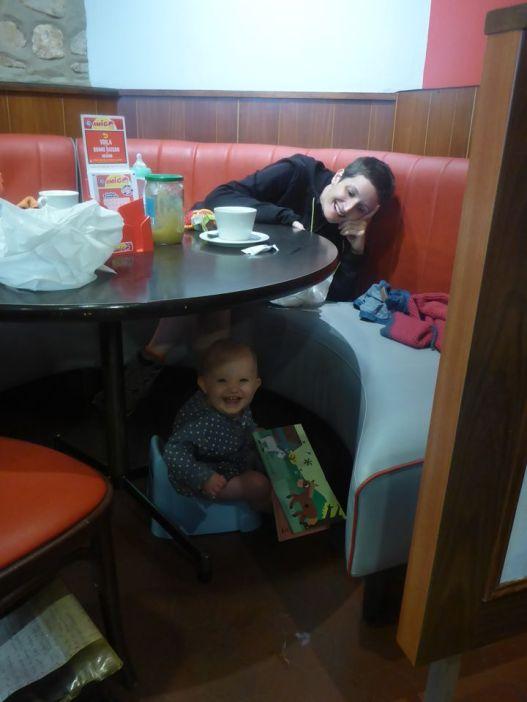 On se réfugie dans un café de Carentan | We take refuge in a cafe of Carentan