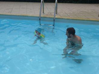 Avec les brassards, Adélie peut nager toute seule | With water wings, Adélie can swim alone
