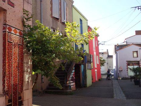 On arrive dans la petite ville de Trentemoult très colorées