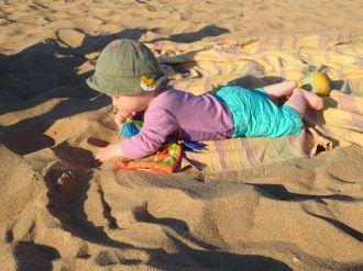 Clovis découvre le sable | Clovis discovers sand