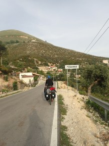 Arrivee dans un village | Arrival in a village