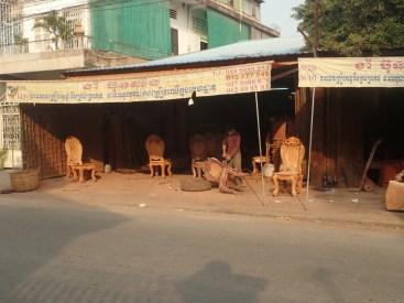 Phnom-Penh : les menuisiers utilisent le bois exotique de la déforestation | The carpenters use the exotic wood from the destruction of the forest