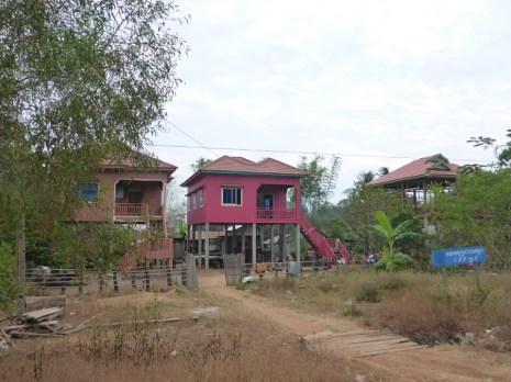 Les maisons sur pilotis sont parfois très hautes   The houses on stilts can be very high