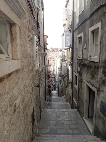 La ville compte beaucoup d'escaliers | There are many stairs in the town