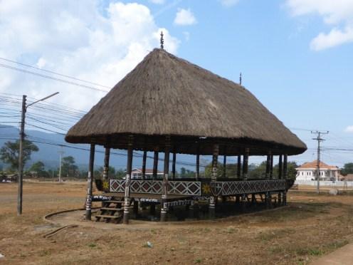 Hutte traditionnelle au centre d'un village | Traditional house in the center of a village