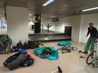 Remontage des velos dans l'aeroport de Bucarest   Reassembly of the bikes in the Bucarest airport