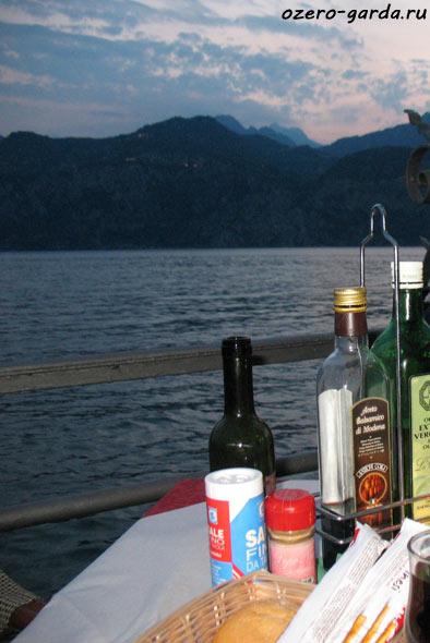 Ресторан на озере Гарда фото