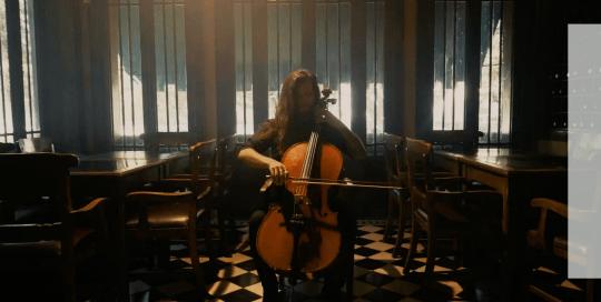 Un local de un restaurante vacío con un músico