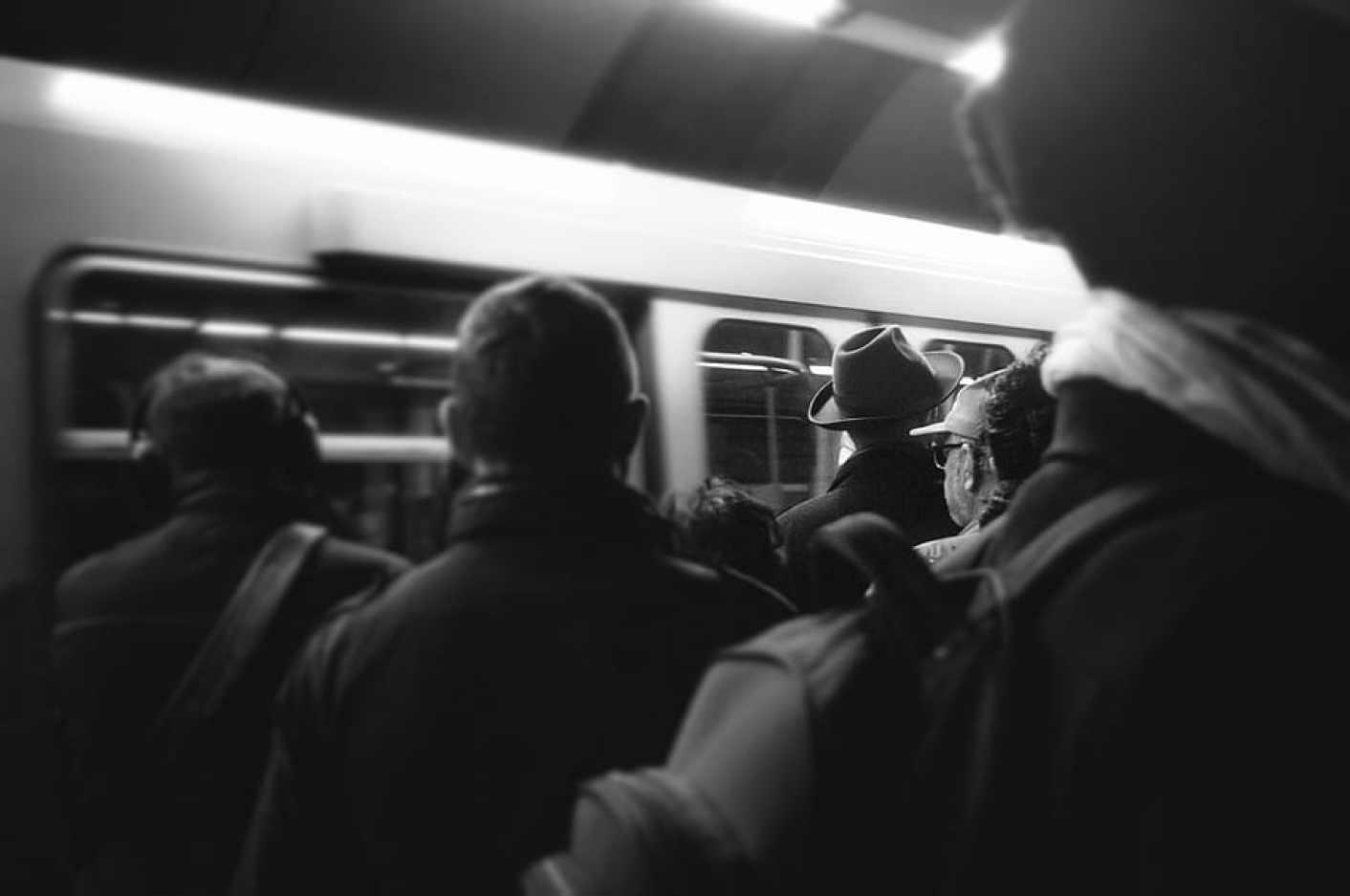 Resultado de imagen de metro gente madrid