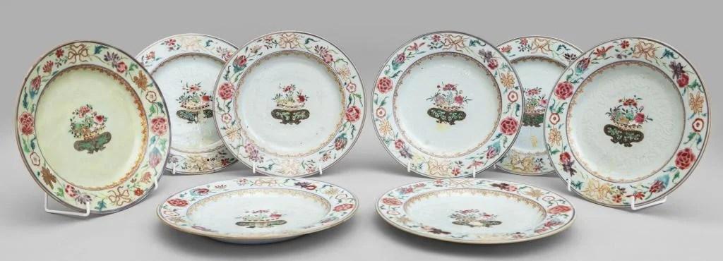 Otto piatti in porcellana Famiglia Rosa decorati