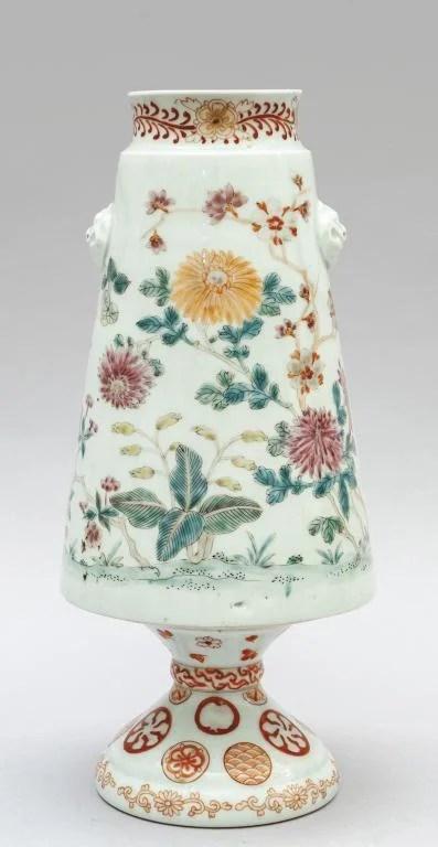Vaso in porcellana decorato in policromia a fiori