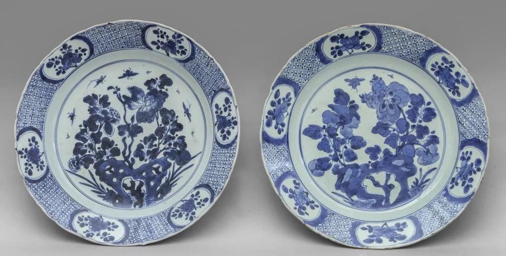 Coppia di piatti in porcellana di Cina bianca e