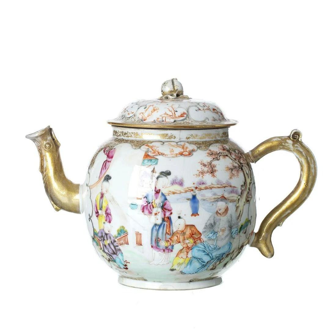 Large 'Mandarin' teapot in Chinese porcelain, Qianlong