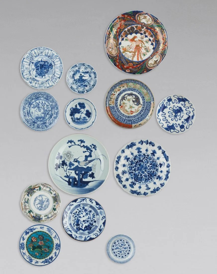 A GROUP OF 13 PORCELAIN PLATES