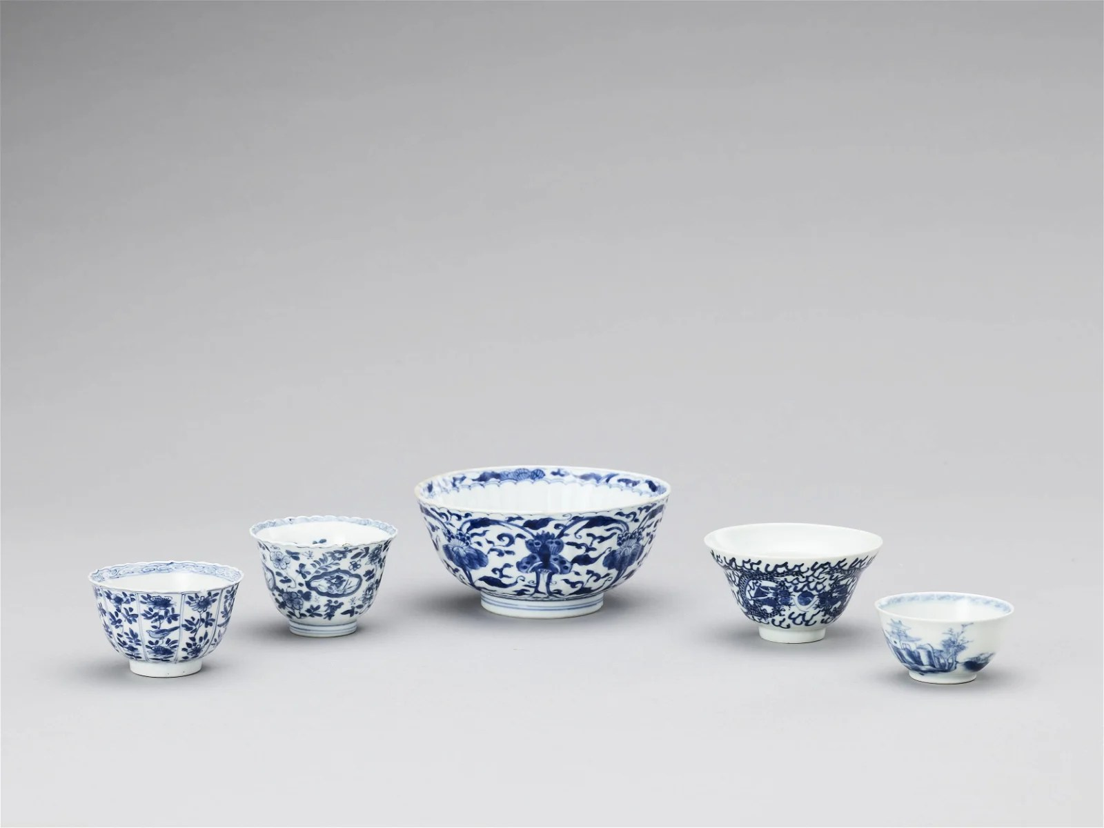 A GROUP OF FIVE BLUE AND WHITE PORCELAIN BOWLS