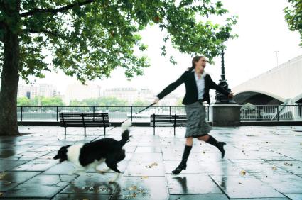 Femme tractée par son chien