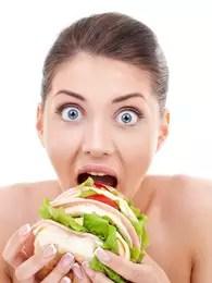 Comer muito rápido é um hábito ruim que contribui para a sensação de inchaço Foto: Getty Images