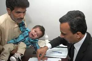 Mosa Khan foi levado à Corte na semana passada, na cidade de Lahore, com acusações de tentativa de homicídio e de ameaçar policiais com assuntos do Estado Foto: AFP