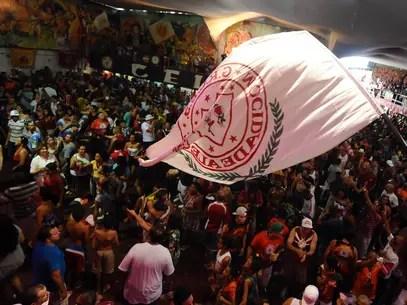 Torcedores da Mocidade comemoram o bicampeonato na quadra da escola Foto: Marcelo Pereira / Terra